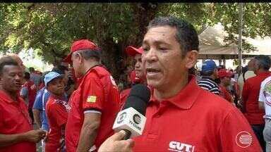 Trabalhadores se reúnem para protestar contra as reformas do Governo Federal - Trabalhadores se reúnem para protestar contra as reformas do Governo Federal