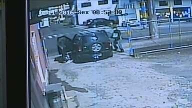 Dois bandidos abandonam veículo furtado após perderem a chave durante assalto - Dois bandidos abandonam veículo furtado após perderem a chave durante assalto