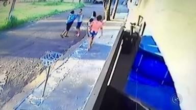 """Mulher leva 'voadora' e cai no chão em briga entre vizinhos em Bauru - Uma briga entre vizinhos virou caso de polícia no bairro Colina Verde, em Bauru (SP), na quinta-feira (10). A confusão foi flagrada pela câmera de segurança de uma das casas. O vídeo, que repercutiu nas redes sociais, mostra o momento em que uma mulher cai no chão após levar uma """"voadora"""""""