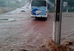 Temporal causa alagamentos em Arcos e Pará de Minas - Em Arcos, PM relatou quedas de quatro postes; um carro foi atingido. Ruas ficaram alagadas em Pará de Minas; vídeo mostra transtorno.