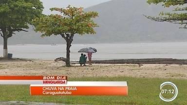 Turistas aproveitam praia mesmo com chuva no fim de semana no litoral norte - Falta de sol não desanimou turistas