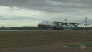 Maior aeronave do mundo, Antonov, pousa pela primeira vez em Campinas - O AN-225, que foi criado pela União Soviética, segue ainda nesta segunda-feira (14) para Guarulhos.