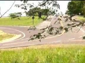 Grávida morre após veículo despencar em ribanceira - Polícia investiga acidente em Santo Anastácio.