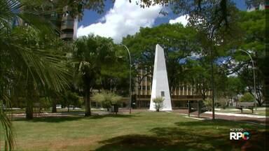 Praça Getúlio Vargas guarda o marco zero de Cascavel - Cidade recebe gente de muitas regiões.