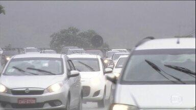 Veja como está o movimento de volta para casa nas rodovias do Brasil - Dos dois milhões de veículos que deixaram a capital paulista no início do feriado, 280 mil saíram pela Via Dutra. O movimento deve aumentar a partir das 16h.