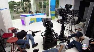 Luciano Huck promove brincadeira 'Andy tá chegando' - Equipe do 'Vídeo Show' e do 'Caldeirão do Huck' entram na onda da nova mania inspirada no filme 'Toy Story'