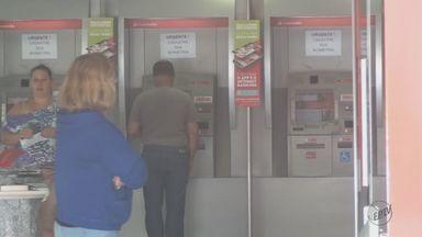 Idoso perde R$ 8 mil após golpe em agência de São Carlos, SP - A polícia também foi chamada em outro banco, na Rua Jesuíno de Arruda, porque uma pessoa teve o cartão retido em um caixa eletrônico. Ninguém foi preso.