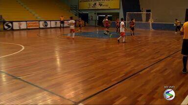 Festival Dente de Leite de Futsal reúne crianças em Volta Redonda, RJ - Pequenos atletas jogam no Ginásio da Ilha São João.