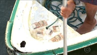 Dinheiro aparece misteriosamente nas águas da Baía de Guanabara - Várias notas apareceram misteriosamente nas águas da Baía de Guanabara, no bairro da Urca.