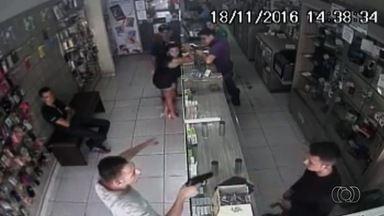 Vídeo mostra assalto a loja de celulares em Goiânia - Segundo o dono da loja, assaltantes levaram R$ 20 em celulares.