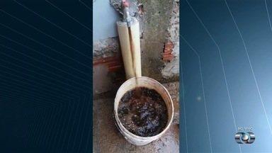 Moradora reclama de água suja que sai da torneira, em Aparecida de Goiânia - Ela enviou um vídeo que mostra a água bem escura e pede providências.