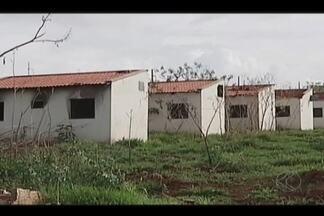 """Prefeitura apura prejuízos em casas invadidas em residencial de Patos de Minas - Residências no """"Esperança 4"""" foram desocupadas no começo de novembro."""