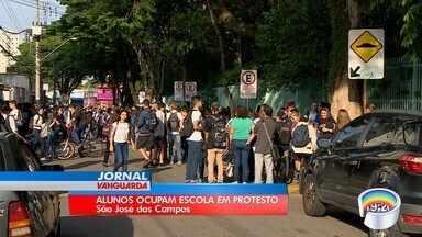 Estudantes protestam contra ocupação de escola na zona sul - Ato é contra medidas do governo federal.