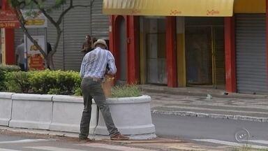 Homem é flagrado ameaçando pedestres e motoristas em Bauru - Um flagrante no centro de Bauru. Um homem ameaçou pedestres e motoristas numa das avenidas mais movimentadas da cidade.