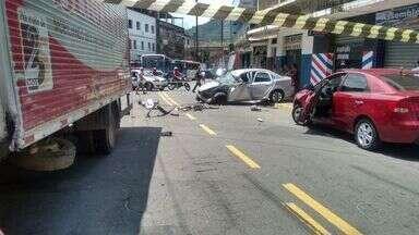 Acidente deixa três pessoas feridas em Vila Velha, ES - O acidente envolveu dois carros e um caminhão na Estrada Jerônimo Monteiro, em Paul, Vila Velha, na tarde desta terça-feira (22).