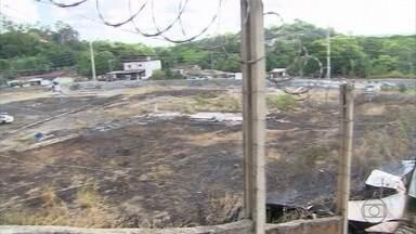 Incêndio atinge posto de gasolina desativado na Zona Norte do Recife - Segundo bombeiros, as chamas se iniciaram em uma área verde e se alastraram por trás de um antigo posto de combustível , onde havio pneu e óleo.