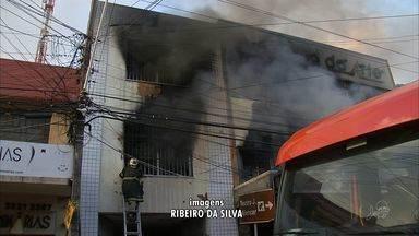 Trânsito é liberado na Pedro I após incêndio se controlado em loja - Um comércio de produtos para artesanato foi destruído