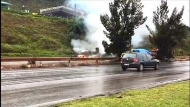 Van pega fogo na BR-356, próximo ao bairro Olhos D'Água, Região Oeste de Belo Horizonte - As chamas provocaram muita fumaça. Ninguém ficou ferido.