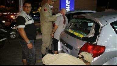 Idoso é atingido por bala perdida na avenida Hilton Souto Maior, em João Pessoa - Esposa da vítima contou à polícia que ele foi baleado nas costas quando o casal passava de carro pela avenida.