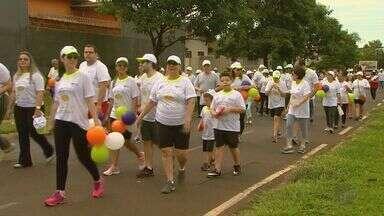 """Caminhada """"Passos que Salvam"""" reúne participantes em 500 cidades do país - Campanha promovida pelo Hospital de Câncer de Barretos atenta para o diagnóstico precoce do câncer infantil."""