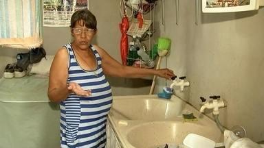 Moradores de sete bairros de Birigui ficam sem água durante o fim de semana - Moradores de pelo menos sete bairros de Birigui (SP) estão sem água em casa desde sexta-feira (25). Imagina o sufoco com o calorão que fez no fim de semana, ficar sem banho, sem conseguir lavar a louça.