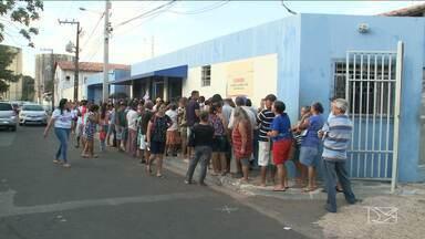 Pacientes se revoltam e criam confusão na Cemarc em São Luís, MA - Situação ocorreu na manhã desta segunda-feira (28) na capital. Pacientes também denunciaram a venda de senhas na porta do posto da Cemarc.