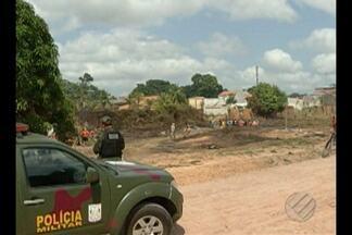 PM tenta impedir ação de invasores em área próxima ao Parque do Utinga - Grupo com cerca de 50 pessoas quer permanecer em terreno em Belém, esta segunda-feira (28). Segundo a polícia, área pertenceria ao Parque Ambiental do Utinga.