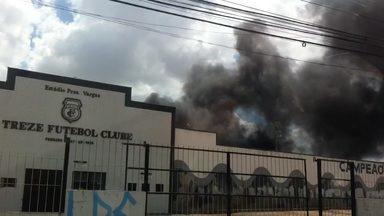 Incêndio em quartel da PM chega ao estádio do Treze - Fogo atingiu dois depósitos do clube, queimando refrigerador, botijão de gás e documentos.