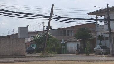 Poste de luz, que fica na Zona Sul de Macapá, está prestes a cair - Alguns moradores que passam por perto têm medo e reclamam da situação.