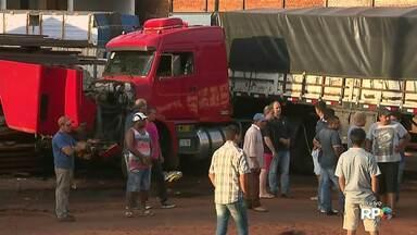 Duas carretas se envolvem em um acidente na BR 277 na saída de Foz - Por sorte ninguém se feriu.