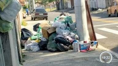 Operação tartaruga dos coletores de lixo já dura quase duas semanas em São José - Moradores reclamam de acúmulo de lixo.