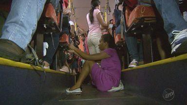 Trabalhadores de Guariba enfrentam ônibus lotados para chegar aos locais de trabalho - Algumas pessoas esperam mais de uma hora no ponto para não terem que viajar em pé.