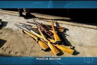 Polícia apreende 14 espingardas em residência em Várzea da Palma - Homem e filho foram detidos pela PM por posse e porte ilegal de armas.