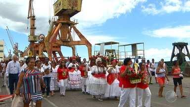 São Nicodemos é homenageado com procissão no bairro do Comércio - Ele é padroeiro dos portuários, que participaram da celebração.
