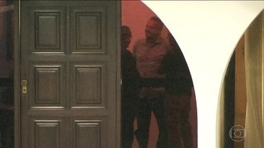 Renan Calheiros é retirado provisoriamente da presidência do Senado - Uma decisão liminar provisória de um dos ministros do Supremo Tribunal Federal tirou por enquanto da presidência do Senado Renan Calheiros, que é réu em um processo no STF.