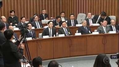 Samsung, Hyundai e outras 6 empresas são envolvidas em escândalo político na Coreia do Sul - As empresas teriam doado dinheiro para fundações comandadas por uma amiga da presidente do país, Park Geun-Hye, acusada de tráfico de influência. Os líderes das empresas participaram de uma audiência nessa terça (6).