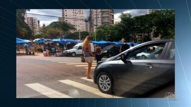 Motoristas são flagrados ao desrespeitar faixas de pedestres em Goiânia - Várias imagens mostram infração de trânsito.