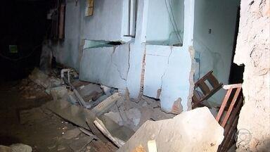 Construção de três pavimentos desaba em Ibirité, na Grande BH - De acordo com a Corpo de Bombeiros, três famílias moravam no local; ninguém ficou ferido.