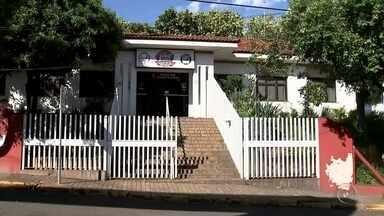 Delegado pede prisão de pai suspeito de prostituir menor em Catanduva - A polícia pediu nesta segunda-feira (5) a prisão preventiva do homem suspeito de prostituir a filha de 13 anos em Catanduva (SP). Após denúncia anônima recebida pelo Conselho Tutelar, os conselheiros, acompanhados de guardas municipais foram até o centro esportivo do Parque Glória II, no domingo (4), onde encontraram a menor saindo de um banheiro com um idoso de 78 anos, preso em flagrante.