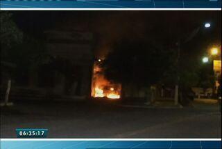 Bandidos colocam fogo no prédio do Departamento de Trânsito de Baturité - Um veículo dos Bombeiros foi atingido. Ninguém foi preso.