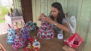 Mulher faz árvore de natal artesanal para aumentar a renda familiar - Monique começou a produzir as árvores para realizar um sonho.