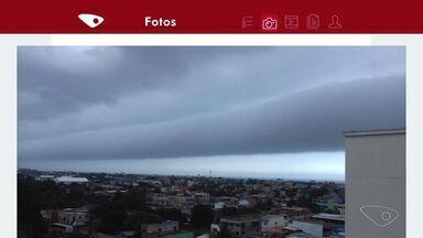 Nuvem 'gigante' é registrada no céu da Grande Vitória - Internautas da Serra fotografaram o fenômeno nesta quinta-feira (7).Nuvem parecida foi identificada como 'nuvem rolo', em 2014.