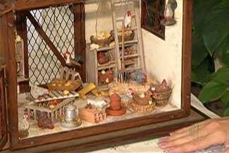 """Casarão do Chá, em Mogi, tem exposição e venda de miniaturas no domingo - Trabalhos são no estilo """"doll house"""", que significa """"casa de bonecas""""."""