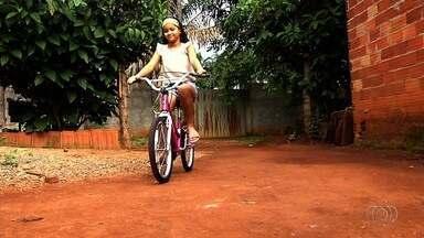 Garota pede ao Papai Noel cura para mãe que tem tumor no cérebro - Menina ganhou uma bicicleta de Natal.