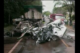 Acidente com morte na RSC-472, em Santa Rosa, RS - O veículo colidiu de frente com uma carreta.