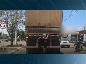 Telespectador flagra pedestre 'pegando carona' em caminhão - Telespectador flagra pedestre 'pegando carona' em caminhão