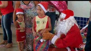 Crianças se emocionam com presentes do Papai Noel dos Correios - Crianças se emocionam com presentes do Papai Noel dos Correios