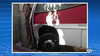 Acidente envolvendo ônibus assusta moradores de bairro em Caruaru, PE - A empresa Bahia informou que ninguém saiu ferido após a colisão do ônibus.