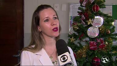 Ceoc faz campanha natalina para doação de rémedios - Centro de Oncologia de Caruaru montou uma árvore de Natal com nomes dos medicamentos que os pacientes com câncer precisam.