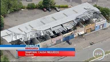 Chuva causou estragos em Taubaté na quinta - Galpões comerciais no Parque Aeroporto ficaram com as telhas retorcidas.